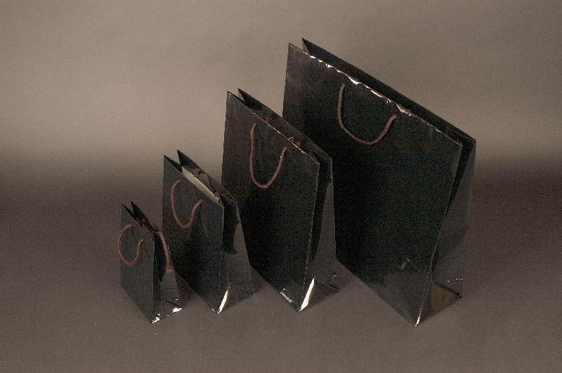 Papírové tašky s laminem o rozměru<br> 540 x 140 x 445 mm, černé