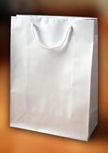 Papírové tašky s laminem o rozměru 230 x 90 x 355 mm, bílé