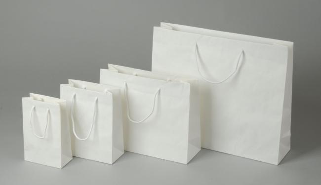 Papírová taška o rozměru 220 x 100 x 275  mm,bílý sulfátový papír, bavlněné držadlo